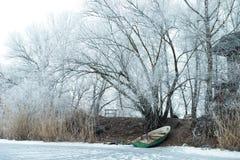 33c 1月横向俄国温度ural冬天 在一条冻河的小船 库存照片