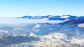 33c 1月横向俄国温度ural冬天 在与蓝天的冬天使移动在山模糊 股票视频