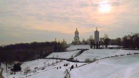 33c 1月横向俄国温度ural冬天 基辅Pechersk拉夫拉圆顶  金黄圆屋顶,对饥荒的受害者的纪念碑在乌克兰 股票录像