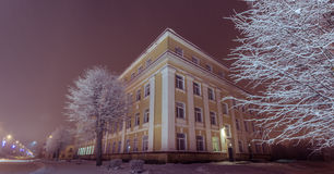33c 1月横向俄国温度ural冬天 守旧派大厦门面  33c 1月横向俄国温度ural冬天 晚上 图库摄影