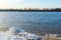 33c 1月横向俄国温度ural冬天 宽河的看法 在空的岸-冰大块  库存图片
