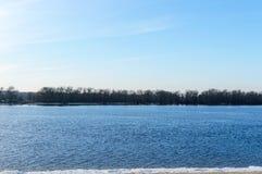 33c 1月横向俄国温度ural冬天 宽河的看法 在空的岸-冰大块  图库摄影