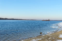 33c 1月横向俄国温度ural冬天 宽河的看法 在空的岸-冰大块  免版税库存照片