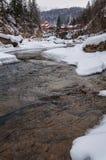 33c 1月横向俄国温度ural冬天 山河从岩石流动 雪和山河 免版税库存照片