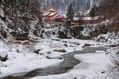 33c 1月横向俄国温度ural冬天 山河从岩石流动 雪和山河 图库摄影