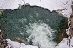 33c 1月横向俄国温度ural冬天 山河从岩石流动 雪和山河 免版税库存图片