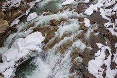 33c 1月横向俄国温度ural冬天 山河从岩石流动 雪和山河 库存照片