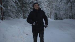 33c 1月横向俄国温度ural冬天 年轻人在冬天森林跑 120fps 影视素材
