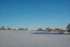 33c 1月横向俄国温度ural冬天 晴朗的日 冬天衰落 明亮的颜色 简单的风景 冬天森林森林公路 冬天fild 免版税库存照片