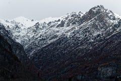33c 1月横向俄国温度ural冬天 树、用新鲜的雪和云彩盖的山、天空 意大利, Alagna 免版税图库摄影