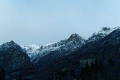 33c 1月横向俄国温度ural冬天 树、用新鲜的雪和云彩盖的山、天空 意大利, Alagna 免版税库存照片