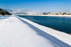 33c 1月横向俄国温度ural冬天 河流经用雪盖的城市 库存图片