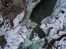 33c 1月横向俄国温度ural冬天 流动在花岗岩峡谷的河 免版税库存照片