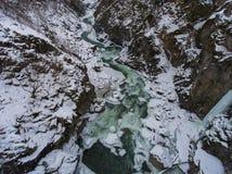 33c 1月横向俄国温度ural冬天 流动在花岗岩峡谷的河 图库摄影