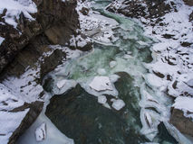 33c 1月横向俄国温度ural冬天 流动在花岗岩峡谷的河 库存图片