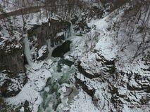 33c 1月横向俄国温度ural冬天 流动在花岗岩峡谷的河 库存照片