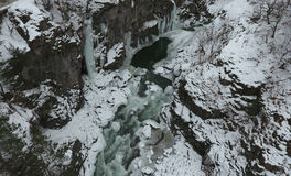 33c 1月横向俄国温度ural冬天 流动在花岗岩峡谷的河 免版税库存图片