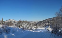 33c 1月横向俄国温度ural冬天 用新鲜的雪盖的乡下公路 Tysovets 免版税库存图片