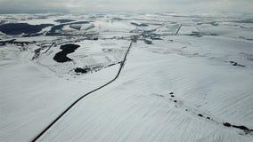 33c 1月横向俄国温度ural冬天 积雪的领域和路的鸟瞰图 股票视频
