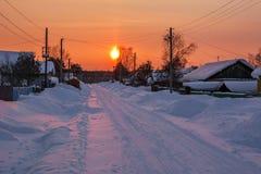 33c 1月横向俄国温度ural冬天 美好的日落在多雪的村庄 免版税库存图片