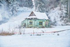 33c 1月横向俄国温度ural冬天 老木被放弃的房子 免版税库存图片