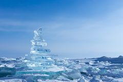 33c 1月横向俄国温度ural冬天 透明的冰大块 贝加尔湖清楚的冰金字塔  免版税库存照片