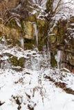 33c 1月横向俄国温度ural冬天 雪和冰柱在山 图库摄影