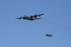 C-130赫拉克勒斯航空换装燃料演示 免版税库存照片