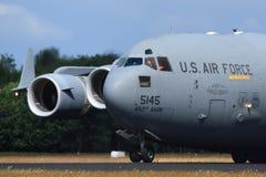 C-17, der heraus nach der Landung rollt Lizenzfreie Stockbilder