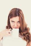 Портрет крупного плана счастливой молодой красивой женщины с белым c Стоковое Фото