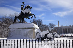 C.C. blanca de la nieve de la casa del parque de Lafayette de la estatua de Jackson Imágenes de archivo libres de regalías