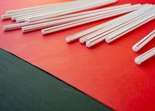 C?ctel colorido de la paja en un fondo rojo fotografía de archivo