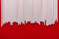 C?ctel colorido de la paja en un fondo rojo fotografía de archivo libre de regalías