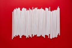 C?ctel colorido de la paja en un fondo rojo imágenes de archivo libres de regalías