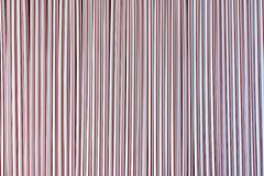 C?ctel colorido de la paja en un fondo rojo foto de archivo libre de regalías
