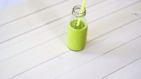 C?ctel verde sano de la fruta y del vegano en la tabla de madera blanca metrajes
