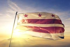 c d房子华盛顿白色 C 美国旗子纺织品挥动在顶面日出薄雾雾的布料织品哥伦比亚特区  免版税库存图片