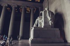 c d房子华盛顿白色 C / 美国- 07 12 2013年:参观林肯纪念堂的游人,看亚伯拉罕・林肯雕象  免版税图库摄影
