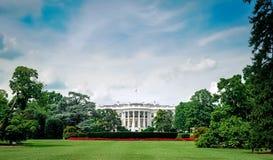 c d房子华盛顿白色 C /Columbia/USA - 07 11 2013年:在白宫的广角看法有上面蓝天和云彩的 免版税库存照片
