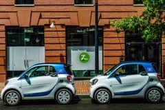 c D washington C - Juli 20, 2018: Car2Go-bilar parkerade framme av det Zipcar kontoret royaltyfri fotografi