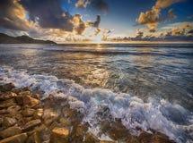 白长袍海滩c d法国诺曼底岩石日出te tre 免版税图库摄影