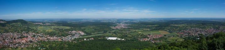 C'est la vue du point de vue du Burg Hohenneuffen de château un jour d'été photo libre de droits