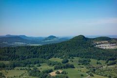 C'est la vue du point de vue du Burg Hohenneuffen de château un jour d'été photos libres de droits