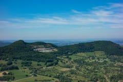 C'est la vue du point de vue du Burg Hohenneuffen de château un jour d'été image libre de droits