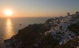 C'est le beau et célèbre coucher du soleil à Oia Photographie stock