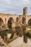 C'est le pont et la tour célèbres de la ville médiévale de Besalú, à Gérone, l'Espagne Nous pouvons voir la réflexion sur l'eau  photos stock