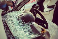 C'est réparation ou accident automobile en verre claire Images stock
