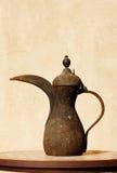 C'est un bac arabe antique de thé de Beduin Photos libres de droits