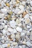 C'est un fond en pierre blanc écrasé Pierre écrasée par blanc Voies de revêtement de gravier Image stock