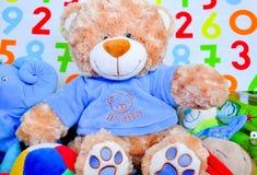 C'est un jouet d'ours de nounours de garçon Photos libres de droits